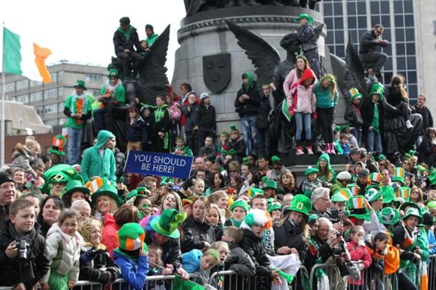 В большинстве городов страны на улицах проходят парады.