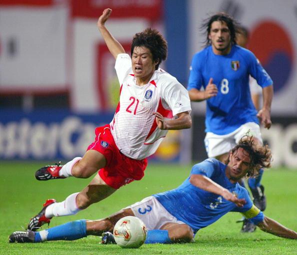 South Korean midfielder Park Ji-sung (L)