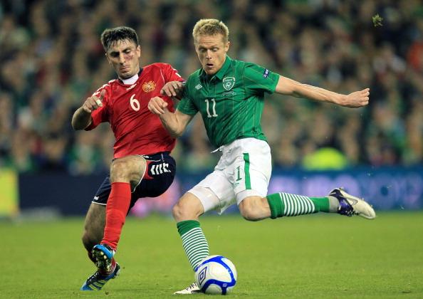 Republic of Ireland's Damien Duff (R) vi