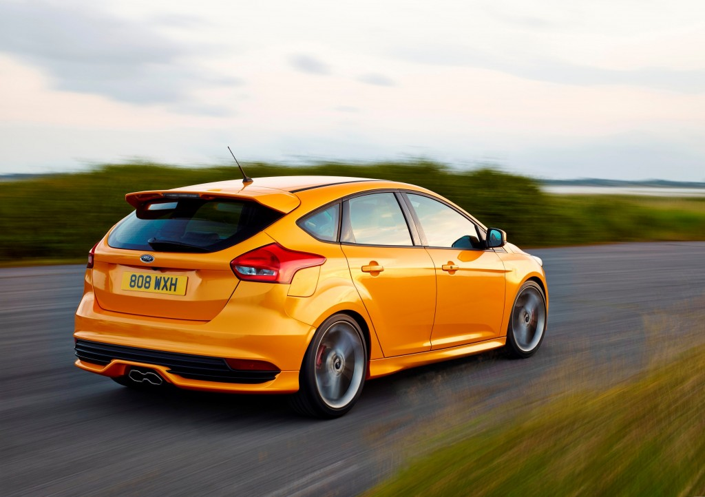 Video Watch As The New Ford Focus St Takes On A Virtual Competitor