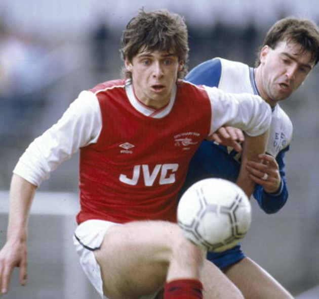 Sport. Football. pic: 12th April 1986. Division 1. Arsenal 0 v Everton 1. Arsenal striker Niall Quinn gets to the ball ahead of Everton defender Kevin Ratcliffe