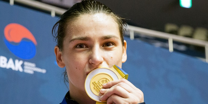 Katie Taylor celebrates with her gold medal 24/11/2014