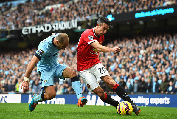 MANCHESTER, ENGLAND - NOVEMBER 02:  Pablo Zabaleta of Manchester City tackles Robin van Persie of Manchester United during the Barclays Premier League match between Manchester City and Manchester United at Etihad Stadium on November 2, 2014 in Manchester, England.  (Photo by Laurence Griffiths/Getty Images)