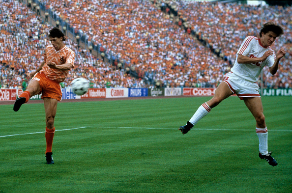 (GERMANY OUT) Europameisterschaft 1988. Finale: Niederlande - UdSSR am 25.6. in München (2:0). Tor zum 2:0 durch Marco van Basten (Hol./li.). Re: Litowtschenko (UdSSR).    (Photo by Horstmüller/ullstein bild via Getty Images)