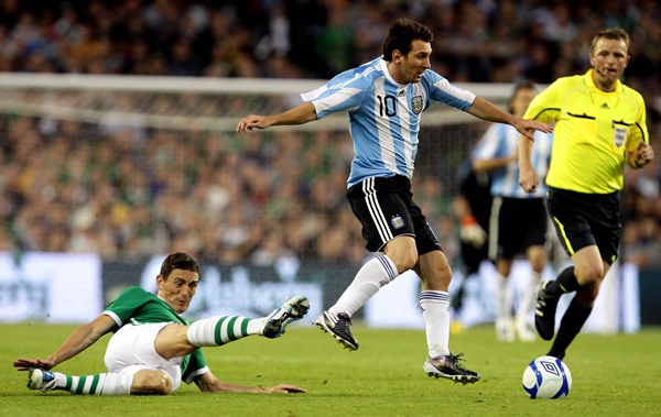 International Friendly 11/8/2010 Republic of Ireland vs Argentina Ireland's Keith Andrews and Lionel Messi of Argentina Mandatory Credit ©INPHO/Cathal Noonan *** Local Caption ***