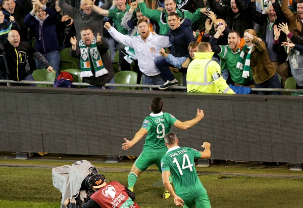 Shane Long celebrates in front of fans 8/10/2015