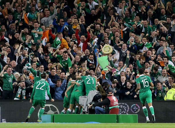 Shane Long celebrates scoring the first goal of the game with his teammates 8/10/2015