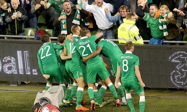 Republic of Ireland players congratulate goalscorer Shane Long 8/10/2015
