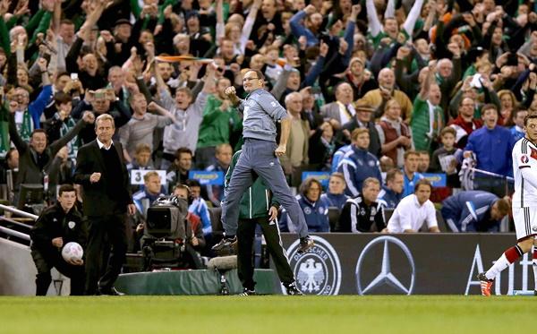 Martin O'Neill celebrates at the final whistle 8/10/2015