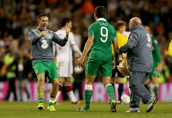 Shane Long celebrates with Robbie Keane at the end of the game 8/10/2015