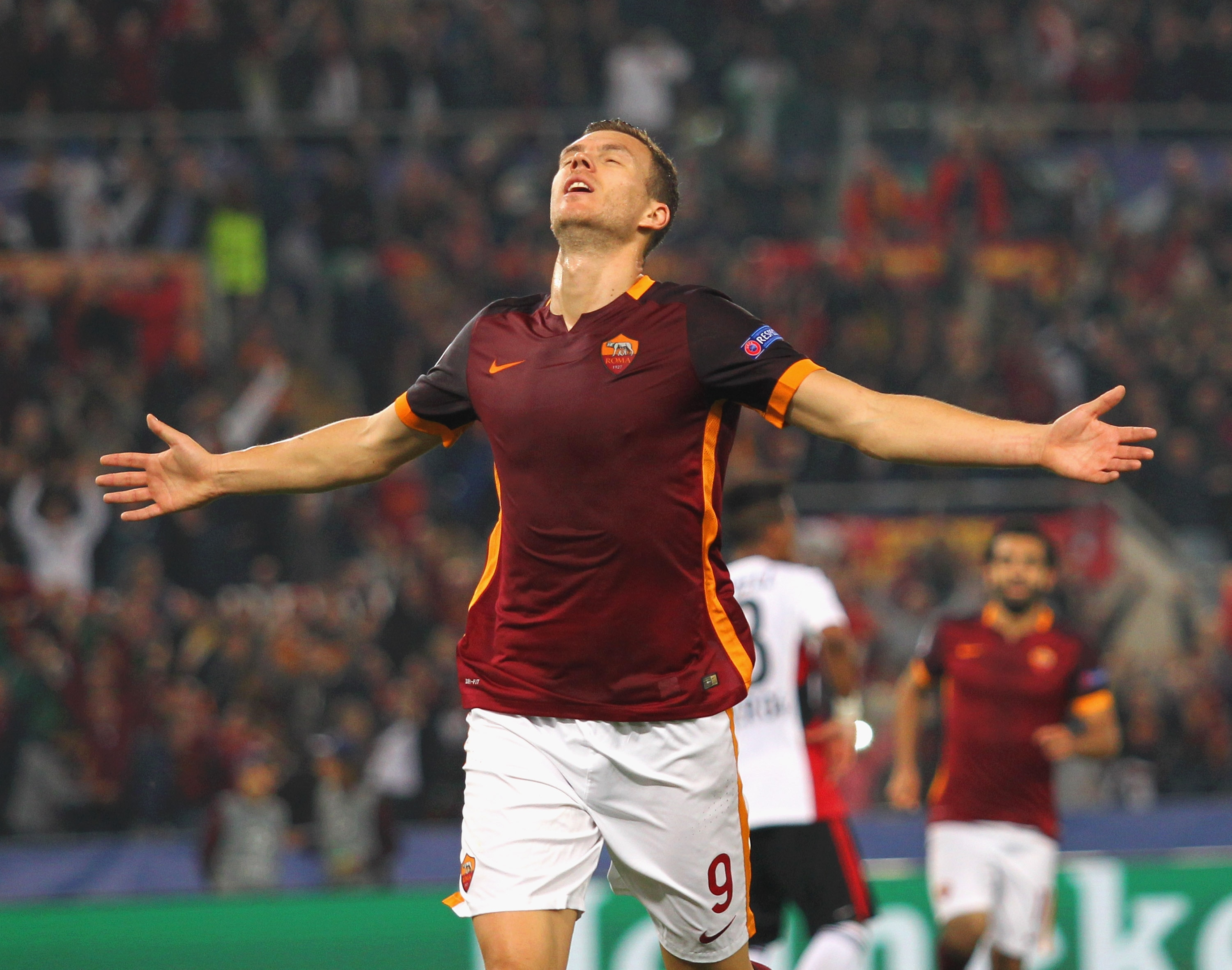 ROME, ITALY - NOVEMBER 04: Edin Dzeko of AS Roma celebrates after scoring the team's second goal during the UEFA Champions League Group E match between AS Roma and Bayer 04 Leverkusen at Olimpico Stadium on November 4, 2015 in Rome, Italy. (Photo by Paolo Bruno/Getty Images)