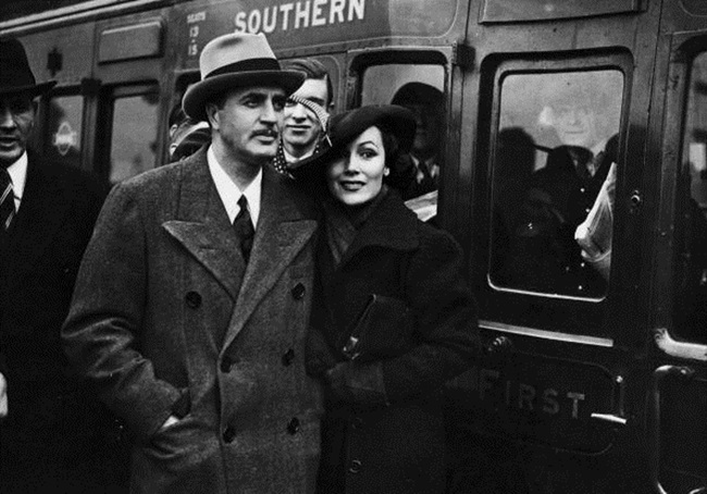 3rd April 1936: Hollywood film star, Dolores Del Rio (1905 - 1983) arriving at Waterloo station in London with her husband, MGM art director and designer of the Oscar trophy, Cedric Gibbons (1893 - 1960). Del Rio is in London to film 'Accused' with director, Thornton Freeland. (Photo by H. Allen/Topical Press Agency/Getty Images)