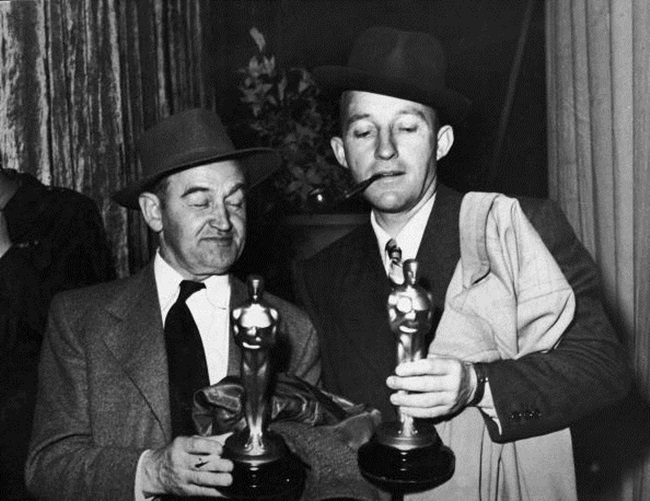 Irish-born actor Barry Fitzgerald (1888 - 1966) (left) holds his Oscar for Best Supporting Actor while American actor Bing Crosby (1904 - 1977) holds his Oscar for Best Actor, both for their roles in 'Going My Way,' Academy Awards, Los Angeles, California, March 15, 1945. (Photo by Hulton Archive/Getty Images)