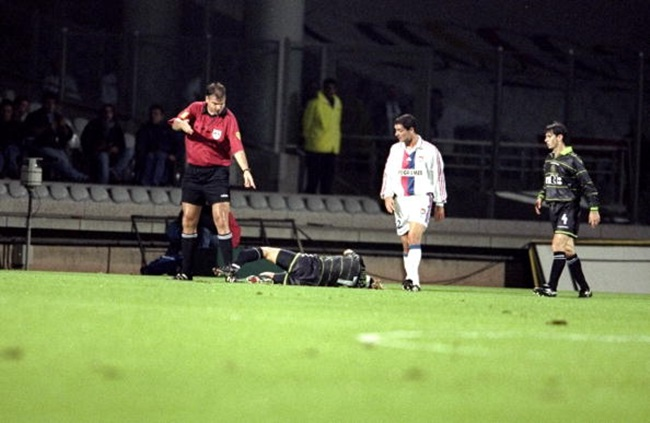 21 Oct 1999: Henrik Larsson of Celtic suffers a broken leg during the UEFA Cup second round first leg match against Lyon at the Stade Gerland in Lyon, France. Mandatory Credit: Clive Brunskill /Allsport