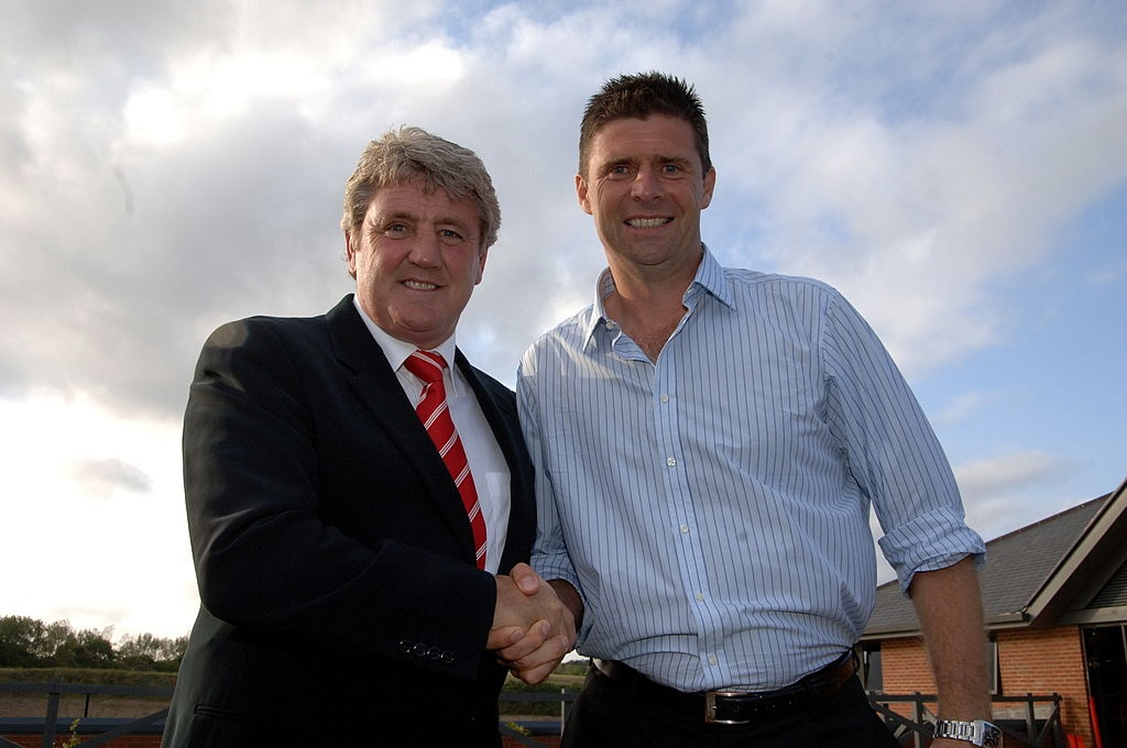 SUNDERLAND, UNITED KINGDOM - JUNE 3: Sunderland's chairman Niall Quinn (R) shakes hands with Steve Bruce, newly appointed manager of Sunderland AFC, as Bruce is announced as the club's new manager, June 3, 2009 in Sunderland. England. (Photo by Barry Pells/Getty Images)