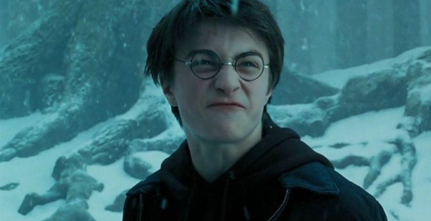 """Harry Potter """"width ="""" 888 """"height ="""" 456 """"> <br /> Maintenant, si cela était vrai podcast sur le crime, vous vous attendriez à ce que les flics aient arrêté Harry sur place, mais ils ne l'ont pas fait. Même si toutes les preuves la dirigent vers Harry, ils sont prêts à laisser celui-ci s'en aller sans autre enquête. <br /> Cela n'est sans doute pas pour rien dans le statut de Harry comme bénéficiaire de Albus Dumbledore qui, à plusieurs reprises, a permis à Harry d'enfreindre les règles de Poudlard, et même de lui permettre de remonter dans le temps l'année précédente. Dumbledore n'est pas impartial en ce qui concerne une affaire, et Harry utilise une fois de plus son influence pour le protéger. <br /> Mais je sais ce que vous pensez. JK Rowling <em> raconte à </em> que Cormier tue Cedric. sur l'ordre de Voldemort, mais voici le problème. <br /> Chers fans de Harry Potter, Daniel R adcliffe traîne en Irlande <br /> Ce n'est pas elle. <br /> À la page 412 de Gobelet de feu, au chapitre 32, Voldemort donne l'ordre de tuer Cedric. Une """"seconde voix"""" crie Avada Kedavra alors que Harry voit le vert et ferme les yeux. Quand il ouvre les yeux, Cédric est mort. Queudver est là, mais on ne sait jamais à qui appartient la deuxième voix. <br /> Voici comment cela se passe, selon les propres mots de JK. <br /> <em> """"De loin, au-dessus de sa tête, Harry entendit un son aigu. voix froide, dit: """"Tuez le rechange."""" Un bruit strident et une seconde voix qui résonnèrent les mots de la nuit: """"Avada Kedavra!"""" </em> <br /> <em> """"Une explosion de lumière verte traversa les paupières de Harry et il entendit quelque chose de lourd s'abattre sur le sol. à côté de lui; la douleur dans sa cicatrice atteignit un tel degré qu'il régressa, puis diminua; terrifié par ce qu'il allait voir, il ouvrit ses yeux piquants. Cédric était étendu allongé sur le sol à côté de lui. Il était mort. """"</em> <br /> Harry"""" voit le vert. """"Pas seulement l'éclair d'Avada Kedavra, mais l'envie. Cédric a la popularité"""